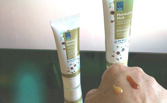 Manuka honingmasker op hand