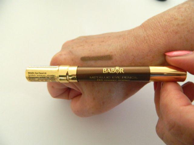 babor metallic eye pencil op hand