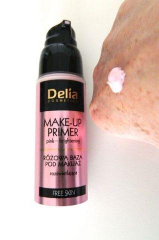 delia makeup primer op hand roze