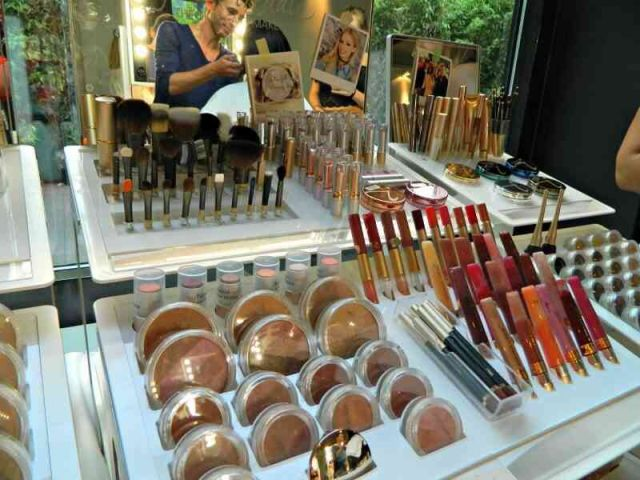 make-up-stand-jane-iredale