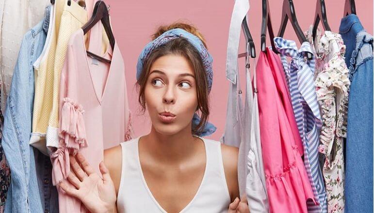 Vrouw en garderobe 10